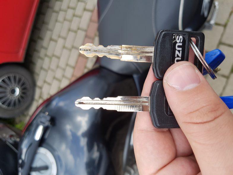 """""""Tak, ten kluczyk odpalił moto, ale przekrecal sie przy probie otwarcia baku""""."""